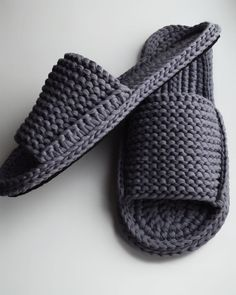 Best 10 Crochet Fast And Comfortable Slippers – SkillOfKing.Com Best 10 Crochet Fast And Comfortable Slippers – SkillOfKing. Easy Crochet Slippers, Crochet Sandals, Crochet Socks, Crochet Baby Shoes, Crochet Clothes, Crochet Men, Crochet Slipper Pattern, Knit Shoes, Shoe Pattern