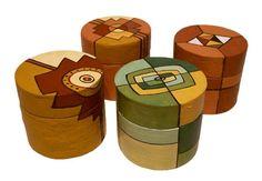 NATIVA OBJETOS: Cajas de cartón con papel maché pintadas a mano.