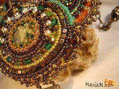 Detalle del colgante embrodery inspirado en diseños de Nata Karsky.