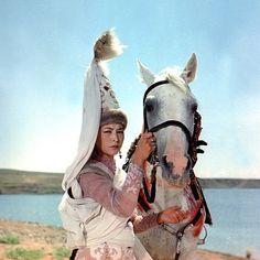 Много споров вызывает казахский национальный костюм – неужели кочевники так и ходили – как участники фольклорного ансамбля