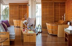 Os arquitetos Rodrigo Costa e Alessandra Marques transformaram a varanda em uma extensão do living. Em um dos lados, instalaram um ofurô no deque de cumaru
