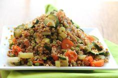 SKŁADNIKI na 4 porcje: 200 g kaszy gryczanej  1 cukinia 1 por 3 marchewki 2 łodygi selera naciowego 100 g zielonego groszku  2 łyżki oliwy z oliwek ok. 600 ml bulionu warzywnego
