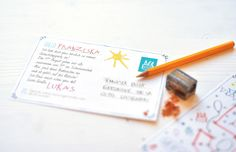 Eine interaktive Einladung:  WIE ALT WERDE ICH? Finde es heraus – einfach MALEN NACH ZAHLEN!  Die Malen nach Zahlen Kindergeburtstagskarte ist eine DinA6 Postkarte.  Auf der Vorderseite versteckt sich eine Zahl, hinter Luftschlangen, Luftballons, Geschenken, Torten und Konfetti.  Es wird erst verraten, wenn das eingeladene Kind die Zahlen miteinander verbindet, wie alt das Geburtstagskind denn wohl wird. :)  http://de.dawanda.com/product/60431847-Kindergeburtstag-Einladung-Malen-nach-Zahlen