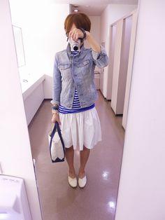 暑いかった一日。気候に合わせてマリンテイスト。  デニムジャケットはGAP、スカートはユニクロ+J。  最近、フレアスカートが好きです♪