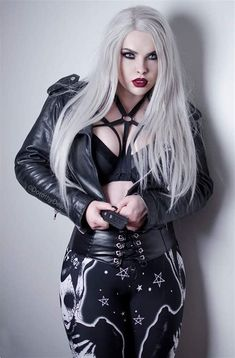Top Gothic Fashion Tips To Keep You In Style. As trends change, and you age, be willing to alter your style so that you can always look your best. Consistently using good gothic fashion sense can help Hot Goth Girls, Punk Girls, Goth Beauty, Dark Beauty, Dark Fashion, Gothic Fashion, Style Fashion, Fashion Clothes, Goth Chic