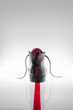 VIDAR Basket montante Cuir extérieur en taurillon noir grainé foulonné Doublure rouge en cuir de veau  Marquage à chaud argent Semelle en gomme noire Première en EVA confort plus  Disponibles du 40 au 45.  www.anonyme-paris.fr