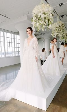 Desfile de moda Marchesa Bridal Fall 2018 - Ring the bellz - 2018 Wedding Dresses Trends, Stunning Wedding Dresses, Bridal Wedding Dresses, White Wedding Dresses, Bridal Style, Marchesa Wedding Dress, Marchesa Bridal, V Neck Wedding Dress, Vestidos Marchesa
