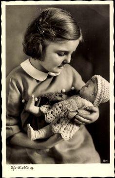 Ak Ihr Liebling, Junges Mädchen spielt mit ihrer Puppe
