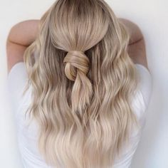 Platinum, pearl, and ash blonde…these are the flattering cool blonde hair colors that await at the hair salon. Here are the 11 most flattering blonde hair colors for cool skin tones. Blonde Hair For Cool Skin Tones, Cool Blonde Hair Colour, Bright Blonde Hair, Neutral Blonde, Brown Blonde Hair, Creamy Blonde, Champagne Blonde, Hair Dos, Cool Hairstyles