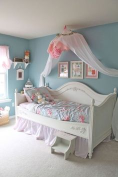 Shabby chic bedroom decor brings a romantic and nostalgic touch of the past days and eras. You do not need to spend a fortune to create a shabby chic atmosphere. Big Girl Bedrooms, Shabby Chic Bedrooms, Little Girl Rooms, Shabby Chic Furniture, Shabby Chic Decor, Small Bedrooms, White Furniture, Girls Bedroom Blue, Preteen Girls Rooms