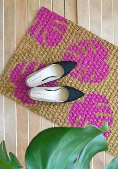 DIY Monstera Leaf Doormat Tropical plants and cactus' are the rage these days and the trend doesn't look to be fading away soon especially when more and more stores seem to be offering a variety of home & decor products either in their shape or pattern. Diy Arts And Crafts, Diy Crafts, Stencil Decor, Cheap Diy Home Decor, Diy House Projects, Recycling Projects, Tropical Plants, Porch Decorating, Summer Decorating