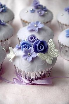 ♥ wow, beautiful lavender roses on white and silver cupcakes with lavender lilac ribbon ♥