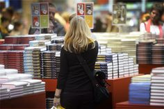 Kirjoja lukevat ihmiset ovat onnellisempia ja tyytyväisempiä elämäänsä kuin ne, jotka eivät kirjallisuutta lue, selviää juuri valmistuneesta Rooman Tre-yliopiston teettämästä tutkimuksesta. Onnellisuutta ja myönteistä suhtautumista elämään arvioitiin asteikolla 1–10.