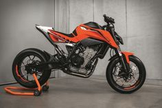 KTM presented its 790 Duke Prototype. The first motorcycle in KTM's history to feature a parallel twin engine. Ktm Duke, Ktm Motorcycles, Custom Motorcycles, Custom Bikes, Moto Roadster, Ktm 200, Duke Motorcycle, Motorcycle Luggage, Velentino Rossi