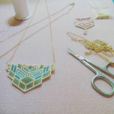 Finalisation des colliers plastrons Très vite en vente sur : www.alittlemarket.com/boutique/alaiscrea #alaiscreations #perles #miyuki #tissage #peyote #pendentif #bijoux #jewelry #blue #bleu #gold #atelier #creation #doityourself #diy #homemade #handmade #faitmaison #faitmains