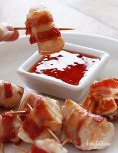 Bacon wrapped chicken bites. Kipfilet een beetje gekruid bakken,ontbijtspek eromheen wikkelen, dan even weer krokant bakken en serveren met chilisaus.