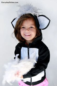 Just a hot glue gun and a few whipstitches will do to make our easy DIY hoodie skunk costume this Halloween! Diy Costumes, Adult Costumes, Halloween Costumes, Costume Ideas, Baby Skunk Costume Diy, Baby Skunks, Halloween 2016, Halloween Ideas, Black Thread