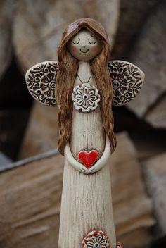 Keramický anděl - vysoký Keramický andílek ze šamotové hlíny, patinován burelem, dozdoben glazurou. Výška- 29,5 cm. Ručně modelován.