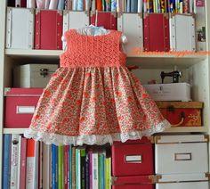 Vestido artesanal con cuerpo de crochet y falda de tela floreada tipo liberty Bicarica Ropita artesanal para bebés y niños/Ropa artesanal para bebé hecha en casa/Handmade baby clothes