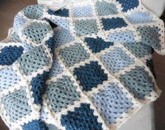 Crochet bebé Blanke t azul con borde blanco por GoStitch en Etsy