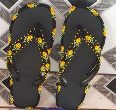 Zilda Crochet Flip Flops, Beaded Sandals, Cross Stitch Flowers, Loom Beading, Beadwork, Slippers, Beads, Crafts, Handmade