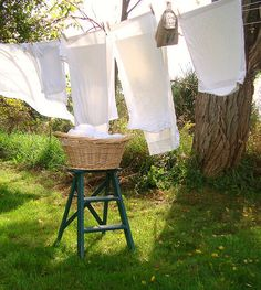 50 Simple, Old-Fashioned Laundry Solutions – Professional cleaning tips Country Life, Country Living, Estilo Ivy, Laundry Drying, Vintage Laundry, Cottage In The Woods, Slow Living, Clothes Line, Simple Pleasures