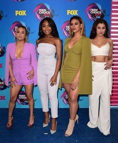 As meninas do Fifth Harmony arrasando no look monocromático. Bem poderosas nesses looks. amei!