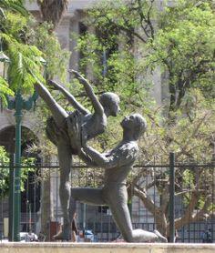 Homenaje a los bailarines del Teatro Colón fallecidos en un trágico accidente aéreo el 10/10/71. La obra es de Carlos de la Cárcova y represente a los bailarines Norma Fontenla y José Neglia.  La fuente es  del arq. Ezequiel Cerrato. Se encuentra en la Plaza Lavalle en la esquina de Tucumán y Libertad. Ciudad de Buenos Aires. En la Argentina se celebra el Día Nacional de la Danza.