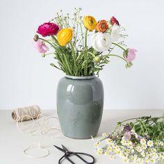 Es gibt doch nichts über einen frischen und bunten Blumenstrauß im Frühjahr! Bei uns im Shop findest Du diese wunderschöne Vase von Broste Copenhagen! #brostecopenhagen #frühling #blumenvase #dekoideen #skandinavischdekorieren #wohninspiration #blumen Broste Copenhagen, Glass Vase, Home Decor, Products, Large Vases, Cozy Living, Vase Of Flowers, Decoration Home, Room Decor