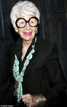 She's has been hailed as a fashion icon; a purveyor of the most eclectic, chaotic and impressively wacky style choices and now Iris Apfel has been honoured by Jimmy Choo. 50 Y Fabuloso, How To Have Style, Mode Alternative, Advanced Style, Ageless Beauty, Aging Gracefully, Valentino Garavani, Mode Style, Old Women