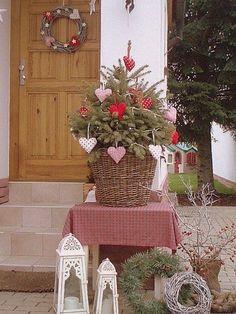 Tisch in unserem Wintergarten - New Ideas Real Christmas Tree, Miniature Christmas Trees, Christmas Porch, Nordic Christmas, Red Christmas, Christmas Time, Christmas Wreaths, Christmas Ornaments, Xmas Tree