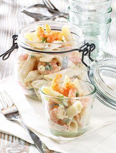 Nudelsalat mit würzigem Dressing und Garnelen