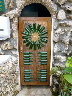 Puerta de madera con botellas de vidrio incrustadas, San Andrés, Colombia