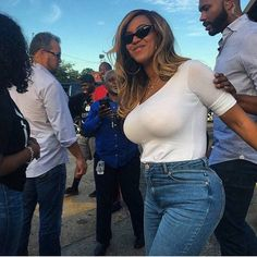 Beyonce is currently in Houston, helping out with the Harvey relief efforts. We couldn't help but notice her new and improved BODY. Thise twins really did her Beyonce Twin, Beyonce Body, Beyonce Knowles Carter, Beyonce Style, Beyonce And Jay Z, Solange Knowles, King B, Beyonce Beyhive, Beyonce Pictures