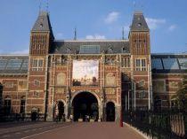 Een deel van de missie van de Rijksgebouwendienst is het in stand houden van Nederlands cultureel erfgoed. Wij beheren en onderhouden deze monumenten zorgvuldig. Zo dragen we bij aan de bevordering van de leefbaarheid en aantrekkelijkheid van onze (binnen)steden. De Rijksgebouwendienst is eigenaar van 360 monumenten en een aantal ervan staat in de Unesco NL Top 100, bijvoorbeeld de Ridderzaal in Den Haag en het Rijksmuseum in Amsterdam.