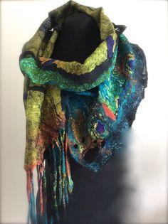 Deze scarflette/shawlette kan is tussen een sjaal en kleine sjaal of een cowl nek. Het is gemaakt van zijde chiffon 6 mm print en zijde gaas. Er zijn ook heel een paar ruches langs de randen gemaakt van zijde organza en heeft nuno partement op één eind anderzijds einde heeft een uniek hand-geverfde kokosnoot-knop. Het heeft ook gaten die door kun je de vaste uiteinden vilten. Het kan op verschillende manieren gedragen worden. De techniek heet nuno vilten of lamineren wol en zijde na vele…