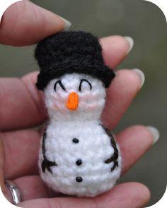 Haakpatroon mini sneeuwpopje   Dit is een amigurumi patroon, dat betekend dat de toeren achter elkaar (spiraal gewijs) door geha...