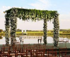 Altar de frente para a represa da fazenda da família da noiva! www.yeswedding.com.br/pt/antena-yes/post/surpresas-inesqueciveis