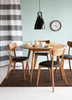 Kodin1, ruokailutila, Anno Hilja -riippuvalaisin, Yumi-ruokapöytä, Ami-tuoli, Nature-matto. Furniture, Modern Furniture, Home Goods, Home, Scandinavian Style, Mid Century Modern Furniture, Dining Table, Chair, Dining Chairs