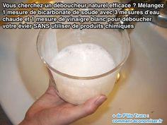 Mélangez  1 mesure de bicarbonate de soude avec 3 mesures d'eau  chaude et 1 mesure de vinaigre blanc pour déboucher votre évier SANS utiliser de produits chimiques