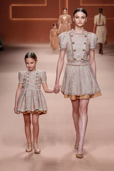 See all the looks from the show. Kids Fashion Show, Look Fashion, Fashion 2020, Runway Fashion, Girl Fashion, Little Girl Dresses, Girls Dresses, Couture Dresses, Fashion Dresses
