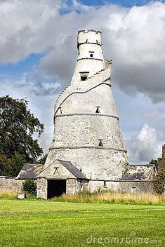 The Wonderful Barn, Leixlip, Ireland - is a corkscrew-shaped barn built with the stairs ascending around the exterior of the building. The shape is similar to how some artists have interpreted the tower of Babel. Farm Barn, Old Farm, Interesting Buildings, Beautiful Buildings, Barns Sheds, Country Barns, Am Meer, Old Buildings, Covered Bridges