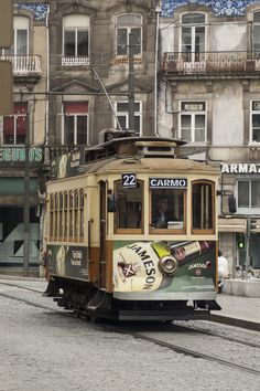 Tranvía Oporto .#jorgenca Portugal, Commuter Train, Food Trailer, Train Stations, Bus Coach, Light Rail, Mode Of Transport, Bus Station, City Landscape