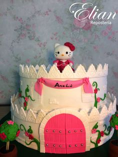 Pastel de castillo de Hello Kitty · Hello Kitty castle cake. - Cake Topper (Figura arriba del pastel) de Hello Kitty.