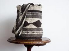 mochila arhuaca original Tapestry Bag, Textiles, Bucket Bag, Knit Crochet, Reusable Tote Bags, Blanket, Boho, Knitting, My Style