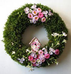 Świąteczny wianek na drzwi wykonany na bazie z brzozowych gałązek,otulony naturalnym mchem,utrzymany w biało-różowej kolorystyce.Średnica zewnętrzna ok.26cm.JEDYNY EGZEMPLARZ!!! SERDECZNIE ZAPRASZAMY DO ZAKUPU :)...