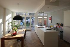 aanbouw-jaren-30-woning-interieur-keuken-en-eetgedeelte Open Kitchen, Kitchen Island, Living Room Decor, New Homes, House Styles, Interior, Table, Furniture, Home Decor