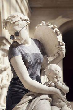 Этот эксперимент провели фотограф Leo Gaillard и ретушер Alexis Persani в рамках проекта «Хипстеры в камне». Лео принадлежит идея и фотографии собственно античных статуй, а одевал древних красавцев и красавиц Алексис. Джинсы, клетчатые рубашки, модные платья, «рэйбаны» — и любой, даже очень-очень древний человек, даже статуя из античного мира, начинает выглядеть как современный человек. Не теряя при этом своего скульптурного шарма.