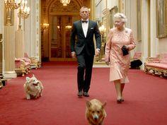 James Bond (Daniel Craig) with Her Majesty the Queen heading for the 2016 Olympics in London! Norfolk Terrier, Queen Elizabeth Corgi, Palais De Buckingham, Prinz Philip, Daniel Craig, Her Majesty The Queen, Queen Of England, British Monarchy, James Bond