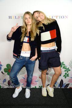 Pin for Later: Werft einen Blick hinter die Kulissen der Tommy Hilfiger Modenschau Das britische Model-Duo Suki und Immy Waterhouse alberten herum